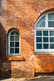 Alte Backsteinmauer und Bogenfenster Lizenzfreie Stockfotografie