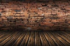 Alte Backsteinmauer und brauner Bretterboden Stockfoto