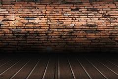 Alte Backsteinmauer und brauner Bretterboden Stockbild