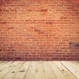 Alte Backsteinmauer- und Bretterbodenraumhintergrundbeschaffenheit Lizenzfreies Stockbild