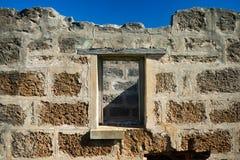 Alte Backsteinmauer und Fenster Stockfotos