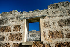 Alte Backsteinmauer und Fenster Stockbilder