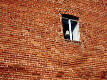 Alte Backsteinmauer und Fenster mit Lampe Stockfotografie