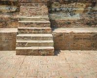 Alte Backsteinmauer- und Gehwegtreppe des Sprunges im Freien Lizenzfreie Stockbilder