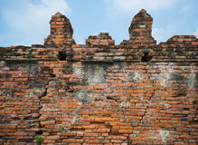 Alte Backsteinmauer und Himmel Stockfotos