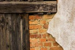 Alte Backsteinmauer und Holztür Lizenzfreie Stockfotos