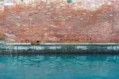 Alte Backsteinmauer und Kanal Stockbilder