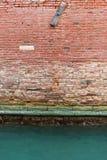 Alte Backsteinmauer und Kanal Stockfotos