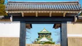 Alte Backsteinmauer und keramisches Dach von Osaka ziehen sich mit blauem Himmel zurück Stockfoto