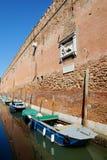 Alte Backsteinmauer und Motorboote. Venedig, Italien, Europa Stockfoto