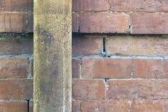 Alte Backsteinmauer und rostiges Rohr Stockfotografie