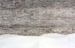 Alte Backsteinmauer und Schnee Lizenzfreie Stockbilder