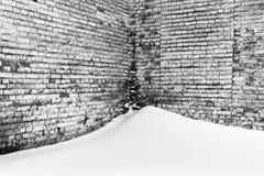 Alte Backsteinmauer und Schnee in Schwarzweiss Lizenzfreies Stockbild