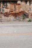 Alte Backsteinmauer-und Straßen-Straße Lizenzfreie Stockbilder