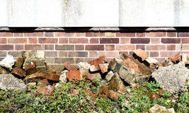 Alte Backsteinmauer und Unkräuter Stockfoto