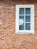Alte Backsteinmauer und weißes Glasfenster Stockbild