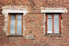 Alte Backsteinmauer und zwei Fenster in einem Hintergrund Lizenzfreie Stockfotografie