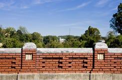 Alte Backsteinmauer unter blauem Himmel Stockfotos