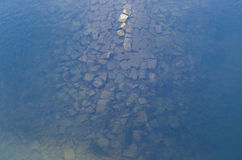 Alte Backsteinmauer unter Wasser Lizenzfreies Stockfoto