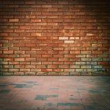 Alte Backsteinmauer verwitterte Beschaffenheit und schmutziger Boden Stockfotos
