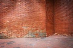 Alte Backsteinmauer verwitterte Beschaffenheit und schmutziger Boden Lizenzfreie Stockfotos