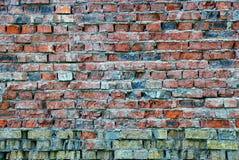 Alte Backsteinmauer von einem ruinierten Privathaus Stockfoto