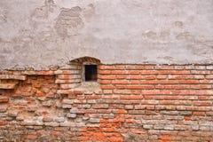 Alte Backsteinmauer von einer alten Festung mit kleinem Fenster Stockbilder