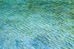 Alte Backsteinmauer Wasser in einem ruhigen See Stockfotos