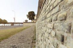 Alte Backsteinmauer, Zaun auf der Seite der Straße in Riga, Lettland Stockbild