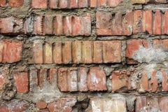 Alte Backsteinmauerbeschaffenheit der Weinlese Rotes Weiß des Schmutzes legt Hintergrund Steine in den Weg Beunruhigte Wand-Oberf Stockfotos