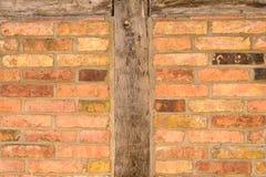 Alte Backsteinmauerbeschaffenheit mit hölzernen Senkrechten Stockfotografie