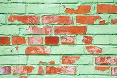 Alte Backsteinmauerbeschaffenheit mit Schicht grüner Farbe Stockfoto