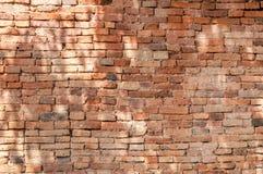 Alte Backsteinmauerhintergrundbeschaffenheit, Hintergrundmaterial des IndustrieHochbaus Lizenzfreie Stockfotos