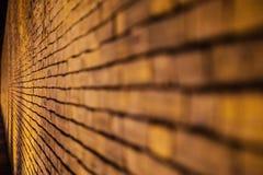Alte Backsteinmauerhintergrundnachtzeit Stockbilder
