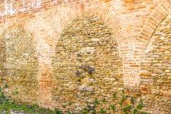 Alte Backsteinmauern und grünes Gras Stockfotografie