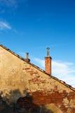 Alte Backsteinmauern und Kamine Stockfotos