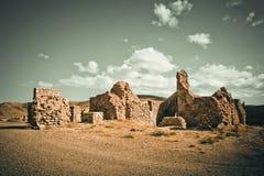 Alte Backsteinmauern von zerbröckelnden Gebäuden Lizenzfreie Stockbilder