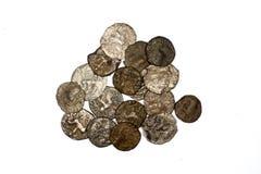 Alte Bactrian Bronzemünzen auf weißem Hintergrund Lizenzfreies Stockbild