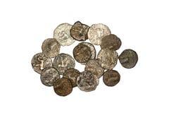 Alte Bactrian Bronzemünzen auf weißem Hintergrund Stockfotografie