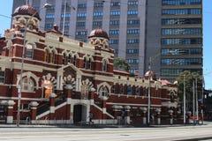 Alte Badeanstalt in Melbourne vor modernem Gebäude Lizenzfreies Stockfoto