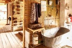 Alte Badewanne nahe bei anderen Weinlesegeräten Stockfotografie
