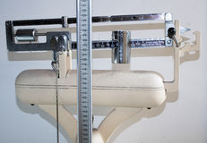 Alte Badezimmerwaage mit messender Stange für die Höhe und das Gewicht Stockfotos