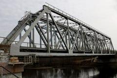 Alte Bahnbrücke über dem Fluss Stockbilder