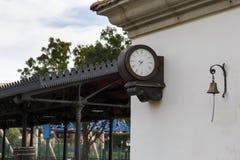 Alte Bahnc$stationborduhr Stockbild