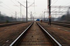 alte Bahngleise von einem sehr Schnellzug Lizenzfreie Stockfotos