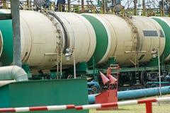 Alte Bahnkraftstofftanks auf der Station Lizenzfreies Stockbild