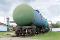 Alte Bahnkraftstofftanks auf der Station Stockfotos