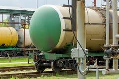 Alte Bahnkraftstofftanks auf der Station Stockfotografie