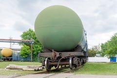 Alte Bahnkraftstofftanks auf der Station Lizenzfreie Stockfotos