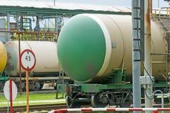 Alte Bahnkraftstofftanks auf der Station Lizenzfreies Stockfoto